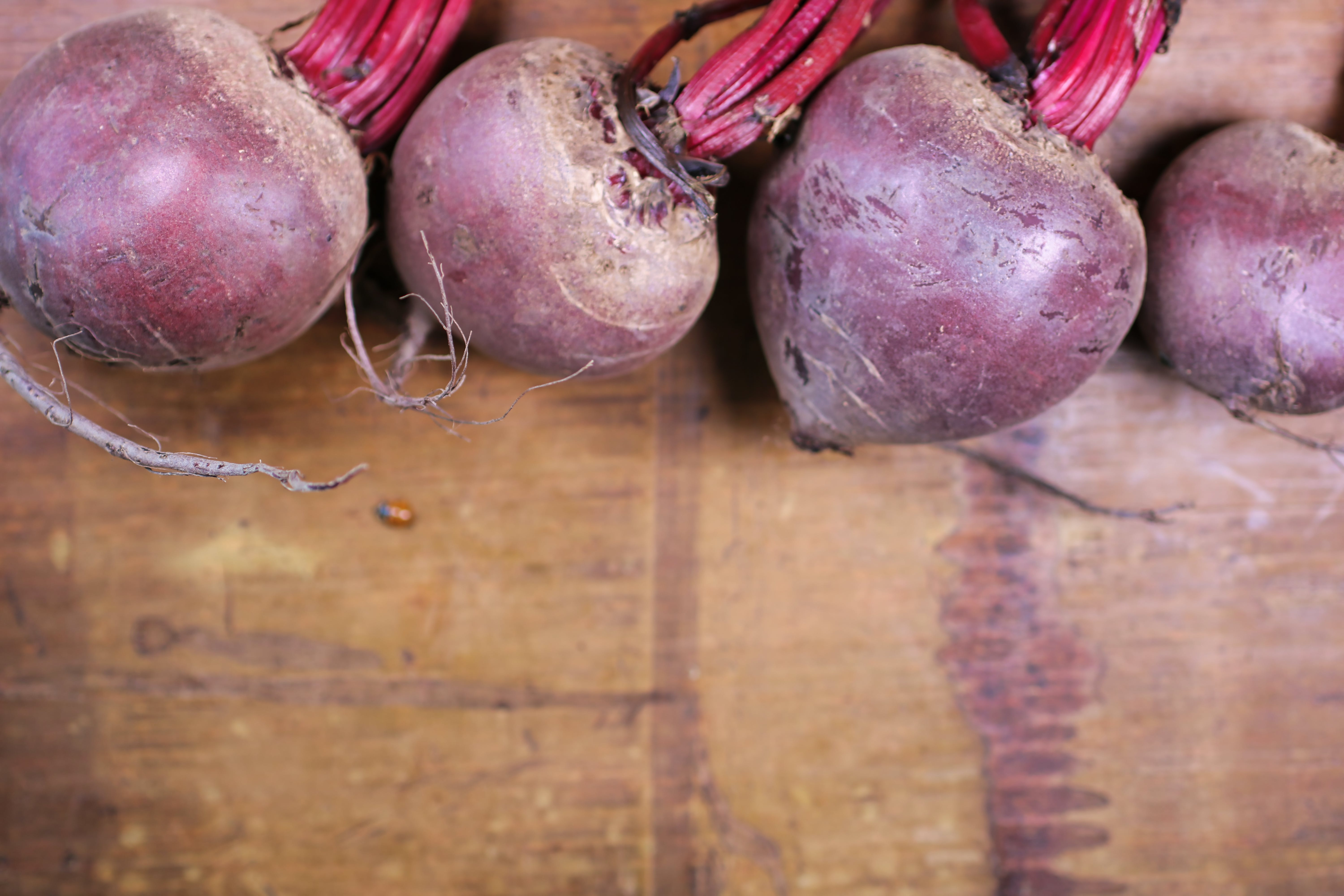Free stock photo of bamboo chopping board, beet, beet greens, beetroot