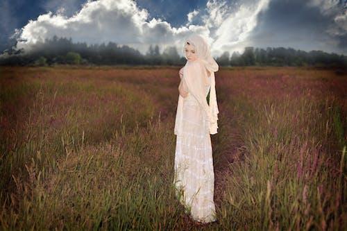 คลังภาพถ่ายฟรี ของ ชุดเดรสสีขาว, ทุ่งโล่ง, ผู้หญิงที่น่ารัก, พายุเมฆ