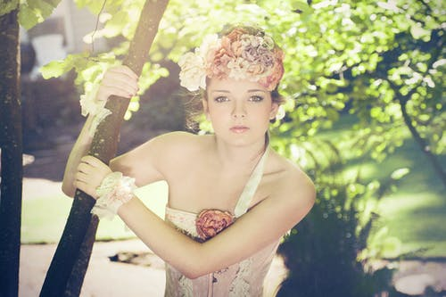 คลังภาพถ่ายฟรี ของ ดวงตาสวยงาม, ผู้หญิงที่น่ารัก, มงกุฎดอกไม้, ลายใบไม้