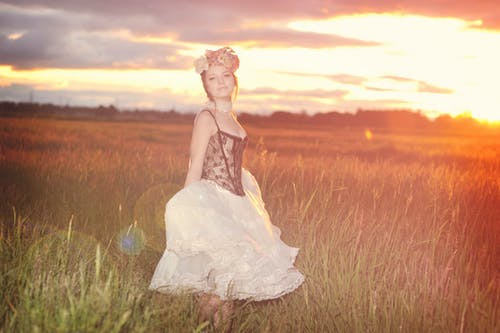 คลังภาพถ่ายฟรี ของ ตะวันลับฟ้า, ทุ่งโล่ง, ผู้หญิงที่น่ารัก, มงกุฎดอกไม้