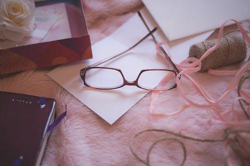 Gratis stockfoto met arts and crafts, binnen, bloem, bril