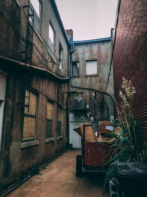 Kostenloses Stock Foto zu architektur, außen, backsteinmauer, bürgersteig