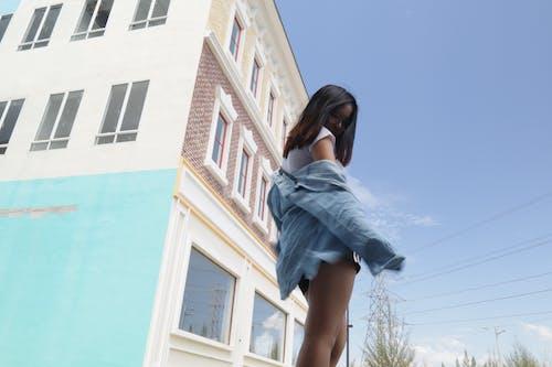 Základová fotografie zdarma na téma dlouhé vlasy, modré džíny