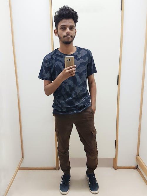 Fotos de stock gratuitas de autofoto, chico indio, comprando, espejo