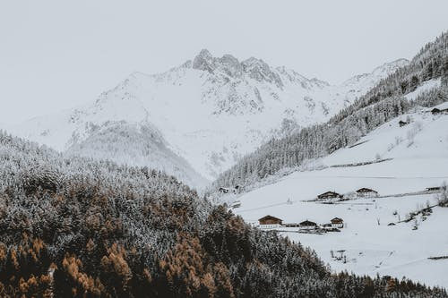 Gratis arkivbilde med årstid, dagslys, fjell, fjelltopper