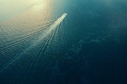 Gratis arkivbilde med båt, bølger, dagslys, flyfotografering
