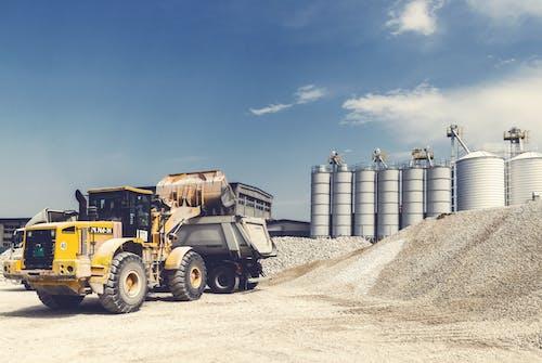 Darmowe zdjęcie z galerii z chmury, ciężarówka, ciężki, ciężki sprzęt