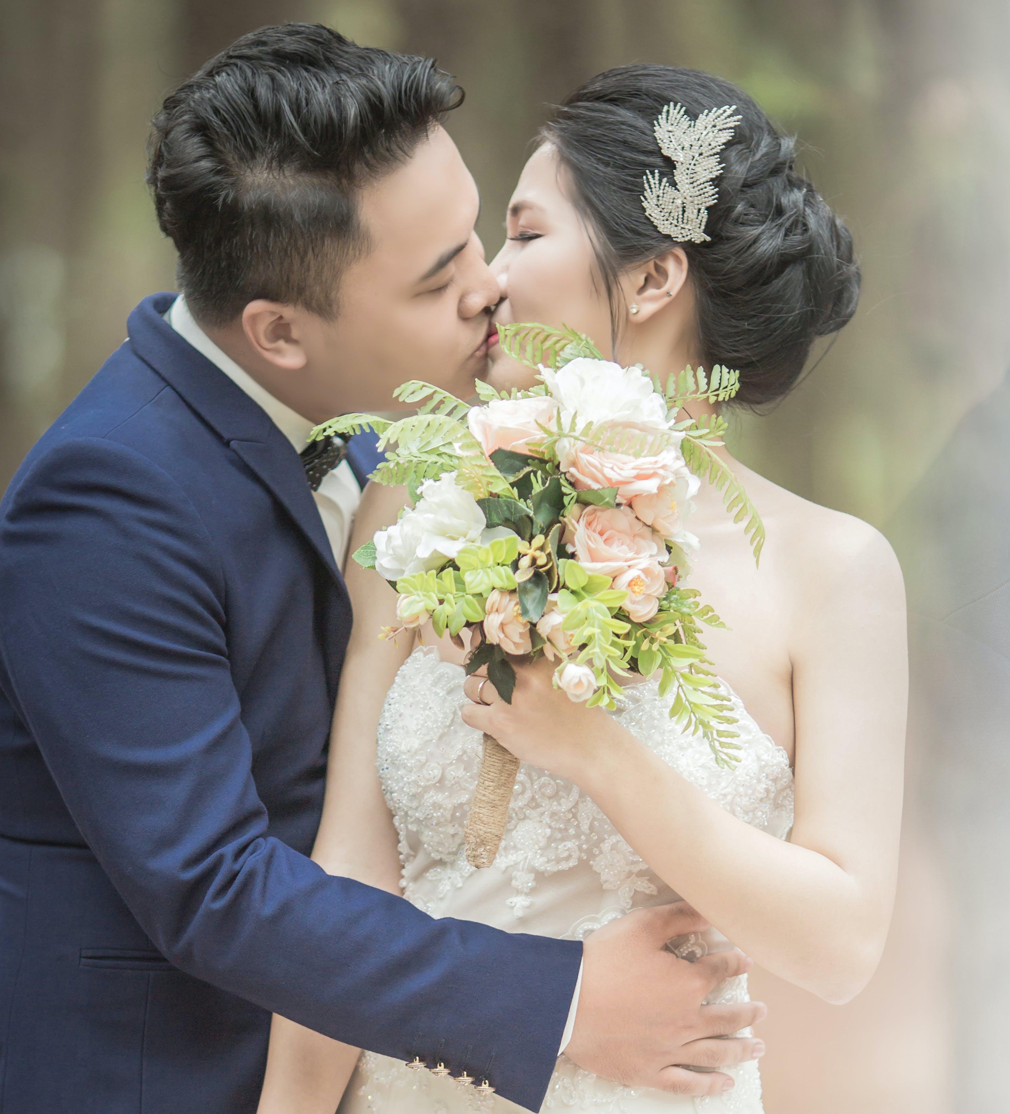 asiatisches paar, blumen, blumenstrauß