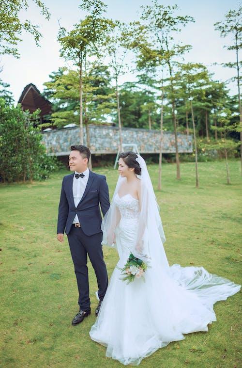 アジアカップル, ウェディングドレス, エレガント, エンゲージメントの無料の写真素材