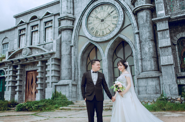 Kostenloses Stock Foto zu architektur, blumen, blumenstrauß, braut und bräutigam