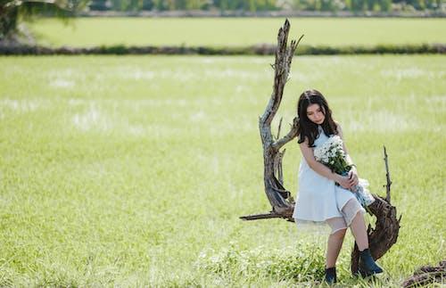 Gratis arkivbilde med åker, asiatisk jente, asiatisk kvinne, blomsterbukett