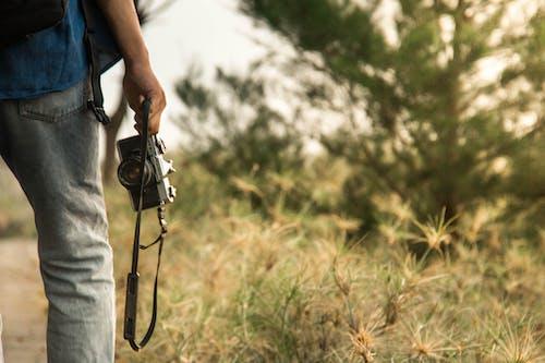 Základová fotografie zdarma na téma analogový fotoaparát, fotografie, objektiv fotoaparátu, popruh fotoaparátu