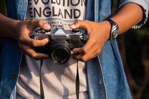 Бесплатное стоковое фото с аналоговая камера, концептуальный, оборудование фотографа, объектив камеры