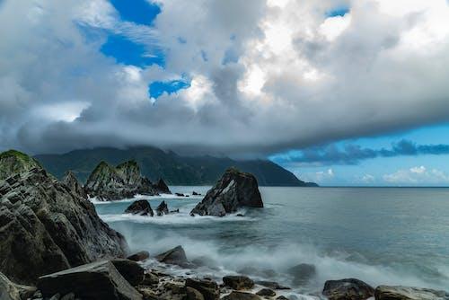 Ingyenes stockfotó hegy, hullámtörés, Mohás sziklák, óceánpart témában