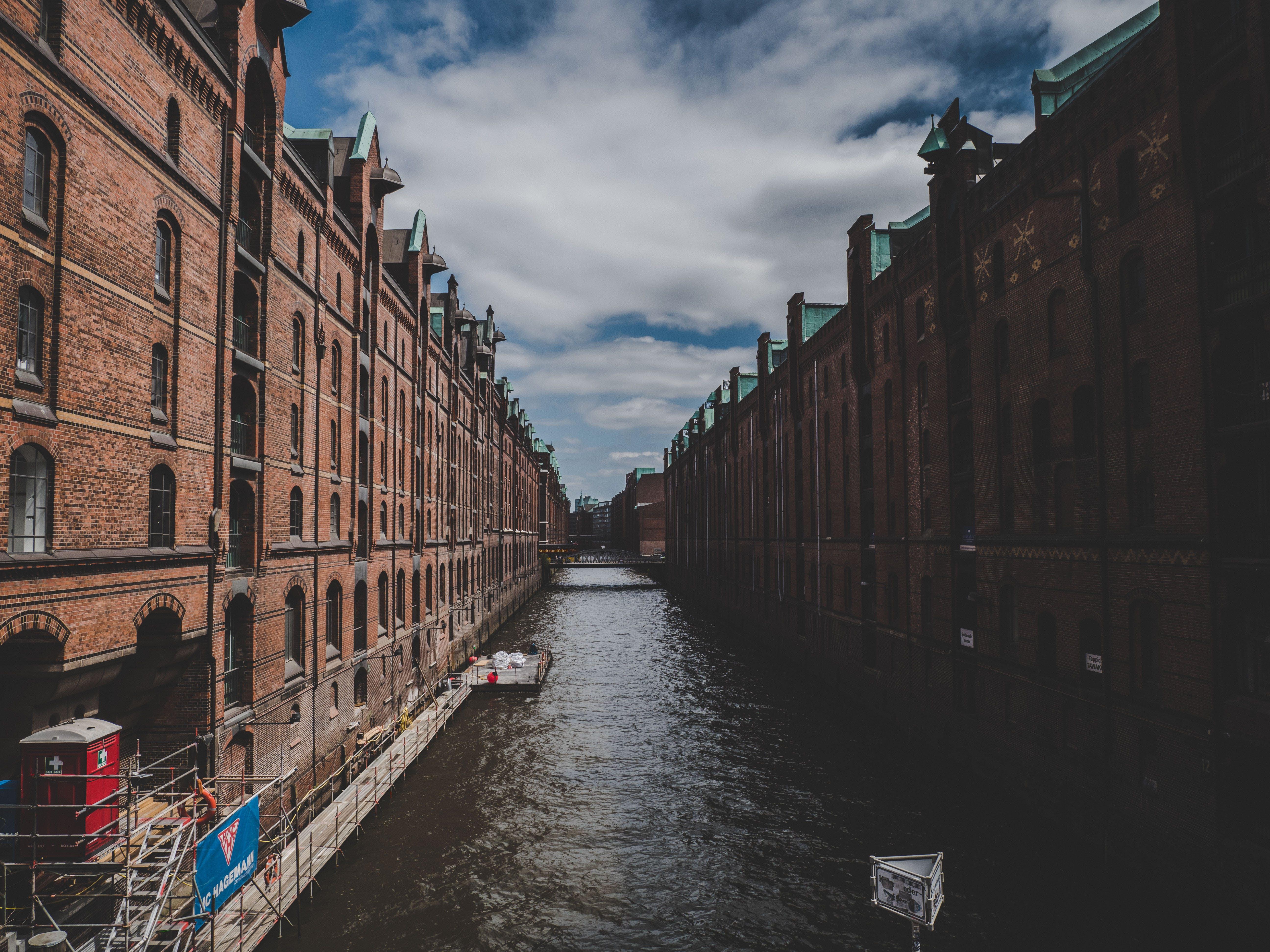 Ingyenes stockfotó csatorna, építészet, épületek, felhők témában