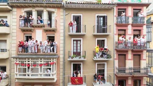 açık hava, apartmanlar, balkonlar, binalar içeren Ücretsiz stok fotoğraf