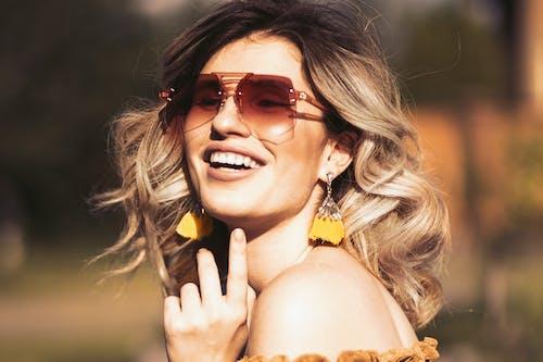 光鮮亮麗, 喜悅, 墨鏡, 女人 的 免费素材照片