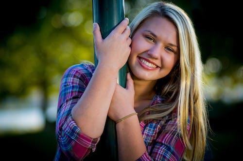 Foto profissional grátis de alegria, atraente, bonita, cabelo loiro
