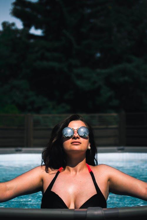 Fotos de stock gratuitas de adulto, agua, al aire libre, Gafas de sol