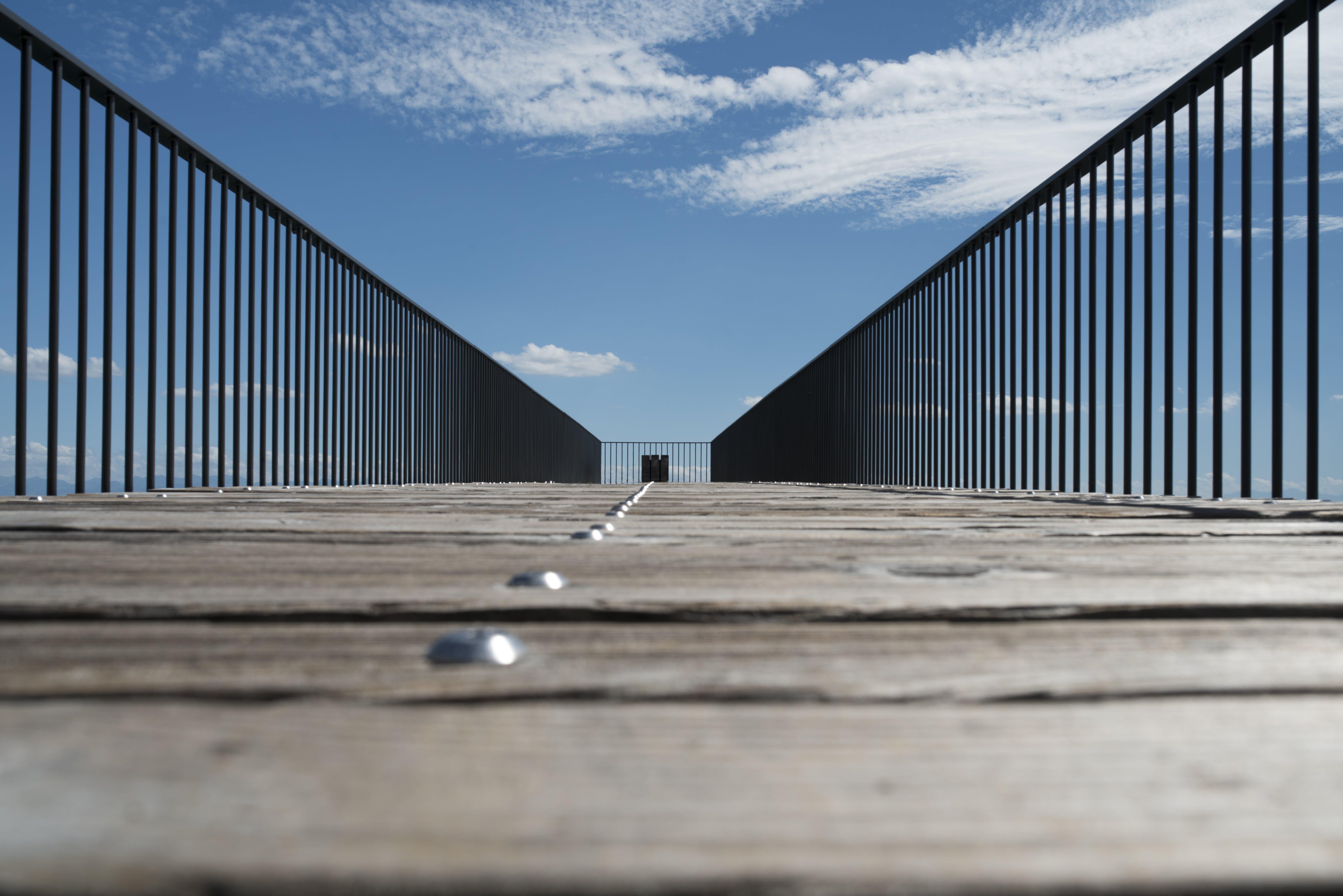 Gratis arkivbilde med arkitektur, blå himmel, bro, fekting