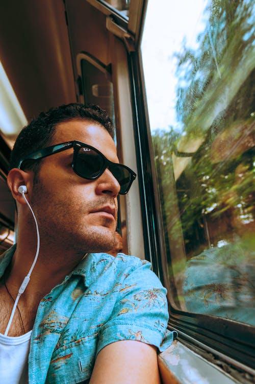 Бесплатное стоковое фото с мужчина, очки, смотреть вдаль, солнцезащитные очки