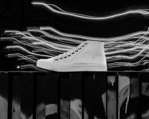 Fotos de stock gratuitas de blanco y negro, calzado, estelas de luz, zapato