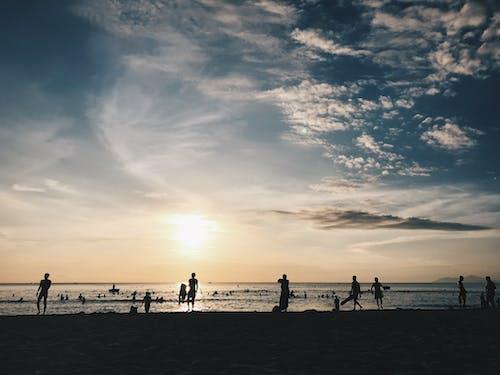 Gratis lagerfoto af folk, hav, sky, solnedgang