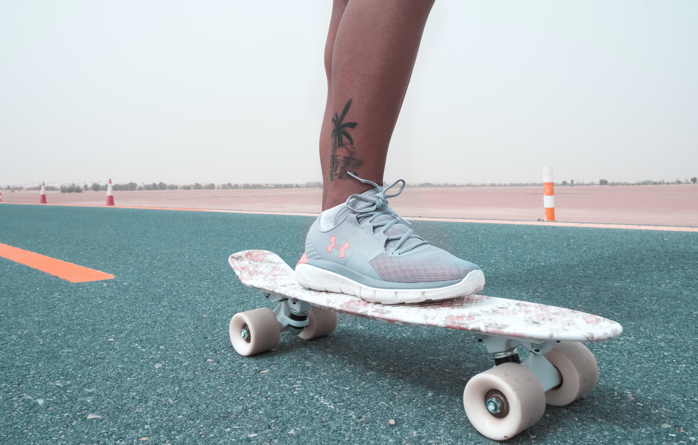 Kostenloses Stock Foto zu asphalt, beine, draußen, person