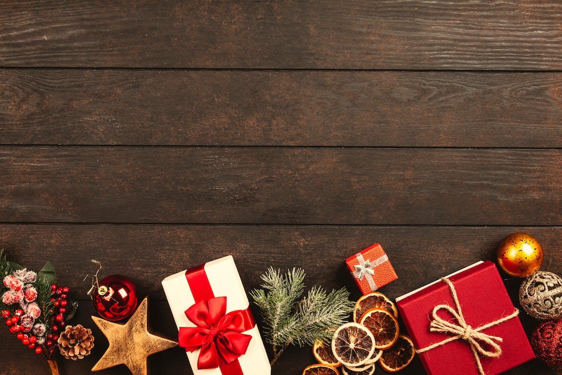 Cadeaux De Noël Sur Parquet Marron