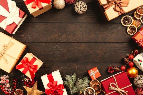 Fotos de stock gratuitas de adornos de navidad, adornos navideños, cajas, celebración