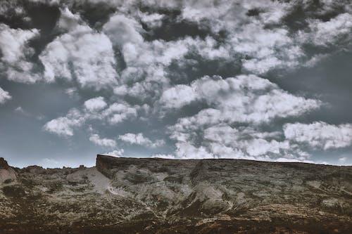 Fotobanka sbezplatnými fotkami na tému denné svetlo, hora, horský vrchol, kopec