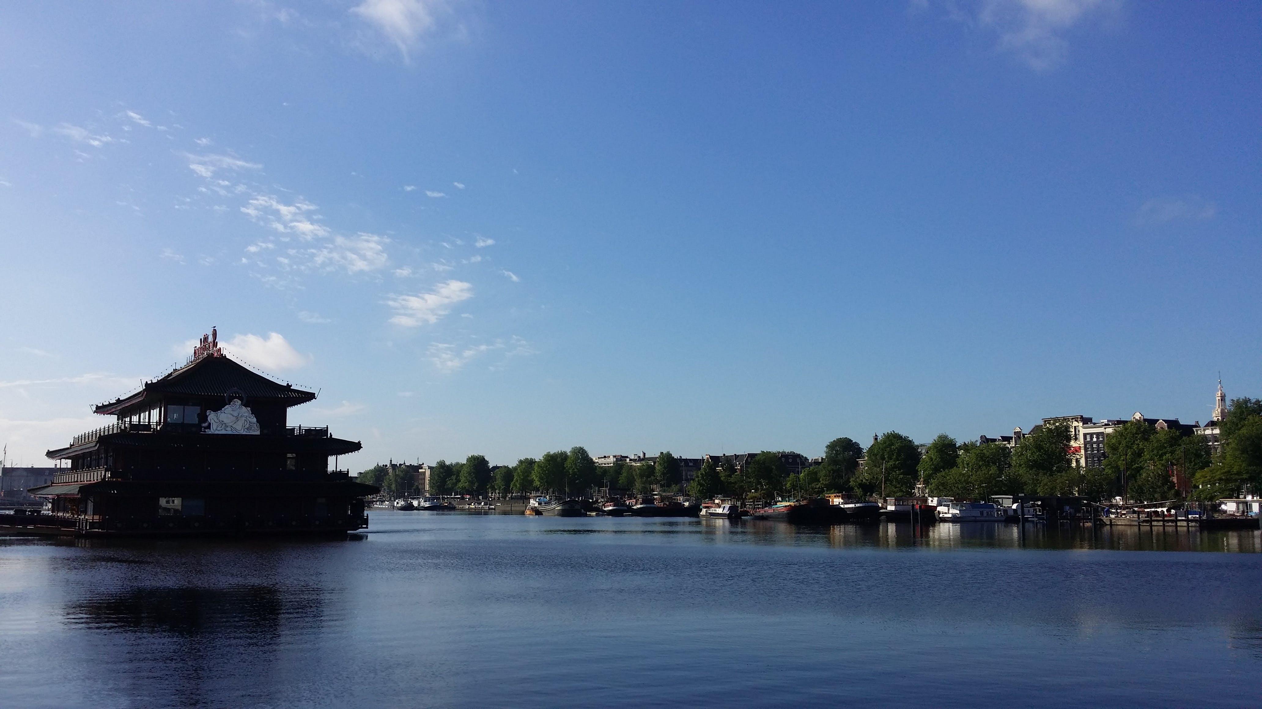 Kostenloses Stock Foto zu amsterdam, blauer himmel, chinesisches essen, kanal