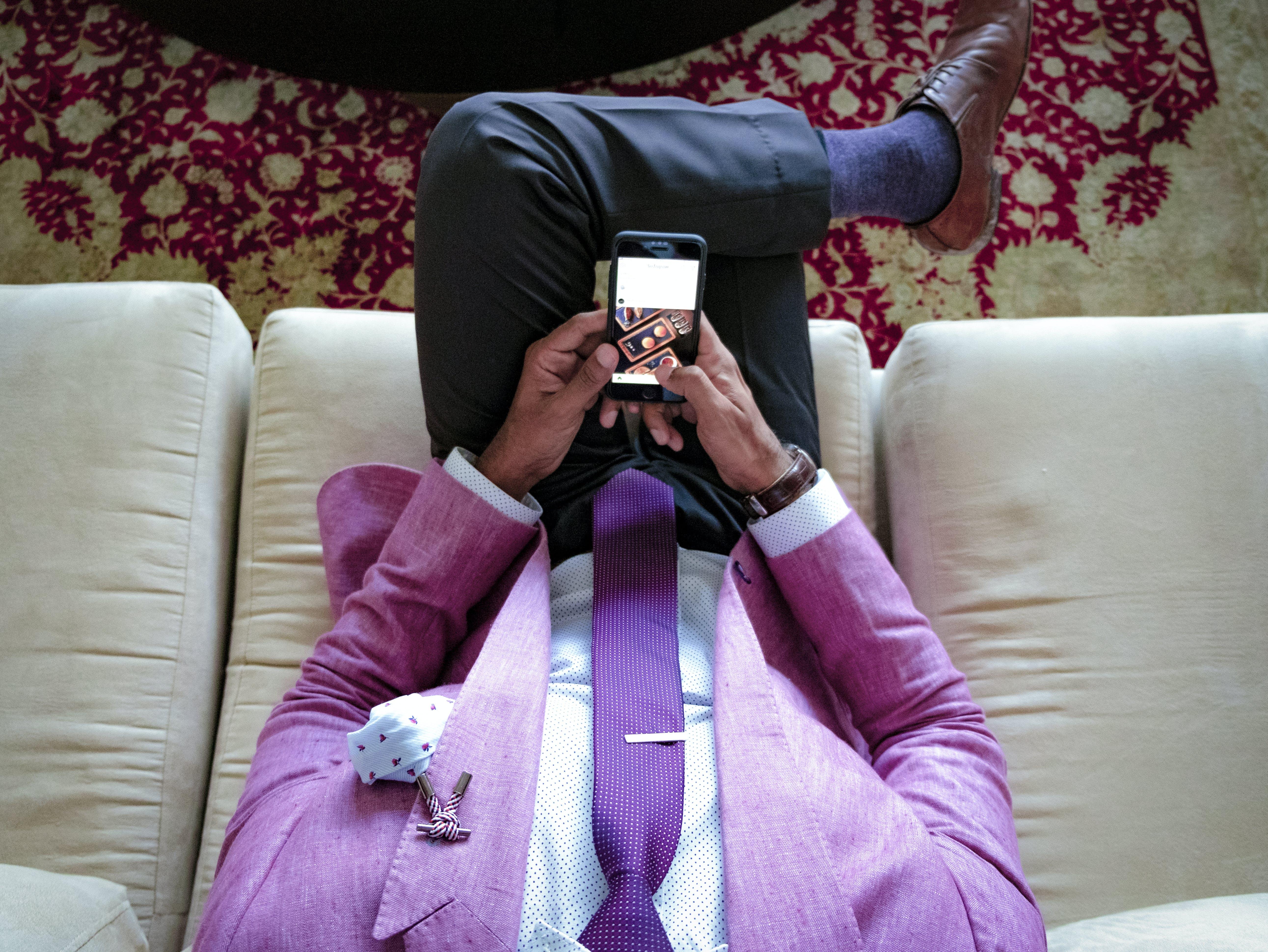 Kostenloses Stock Foto zu anzug, corporate kleidung, couch, designeranzug
