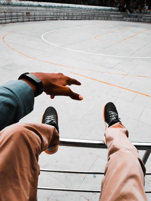 Kostenloses Stock Foto zu fußbekleidung, füße, geländer, mobilechallenge