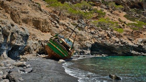 Darmowe zdjęcie z galerii z czarny piasek, krajobraz, kuter rybacki, lato