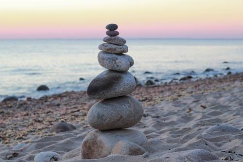 Foto profissional grátis de areia, areia da praia, atenção plena, cairn