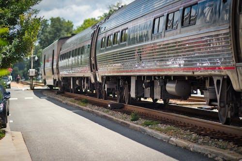 Gratis lagerfoto af amtrack, lille by, togbiler