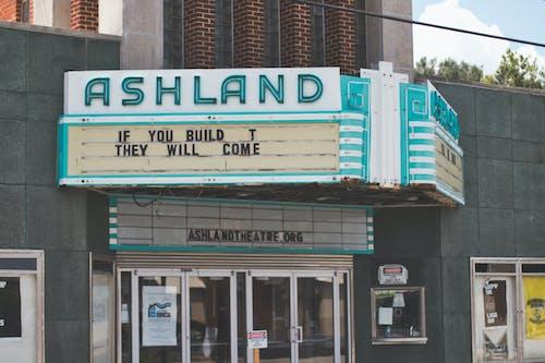 Gratis lagerfoto af biograf, lille by