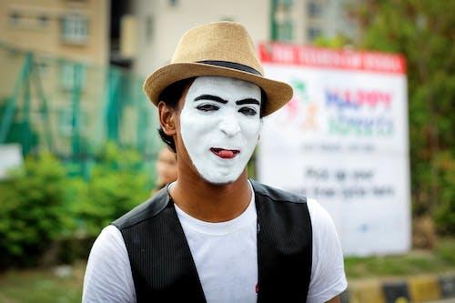 Foto d'estoc gratuïta de barret, buscant, carrer, desgast