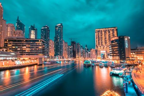 Foto profissional grátis de água, arquitetura, arranha-céus, barcos