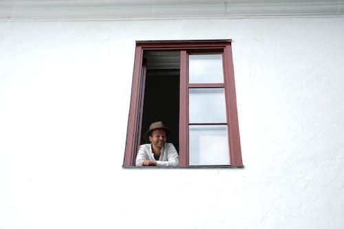 Immagine gratuita di cappello, edificio, guardando lontano, muro