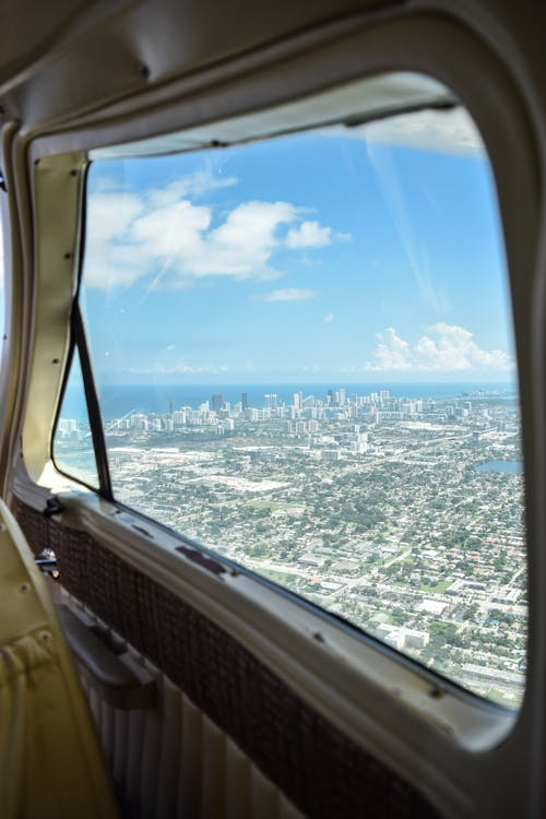 Foto stok gratis awan, florida, kota, kursi di sebelah jendela