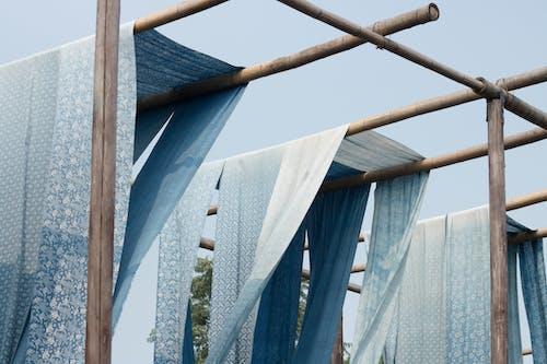 Kostenloses Stock Foto zu architektur, bau, blau, hängen