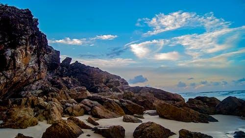 Kostnadsfri bild av blå himmel, stenar, strand