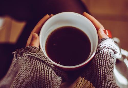 Photos gratuites de café noir, mains, tasse de café, tenir
