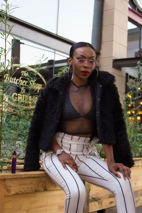 aantrekkelijk mooi, Afro-Amerikaanse vrouw, bril