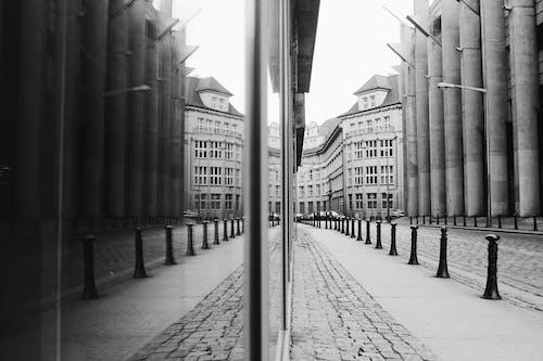 Kostenloses Stock Foto zu architektur, reflektierung, schwarz und weiß, stadt