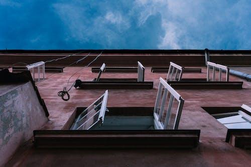 Gratis stockfoto met gebouw, gezichtspunt, lage hoek schot, ramen
