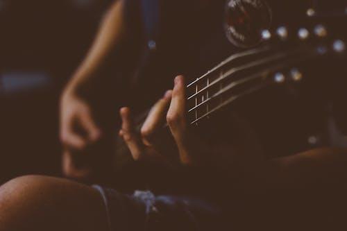 Darmowe zdjęcie z galerii z gitara, gitarzysta, instrument muzyczny, instrument strunowy