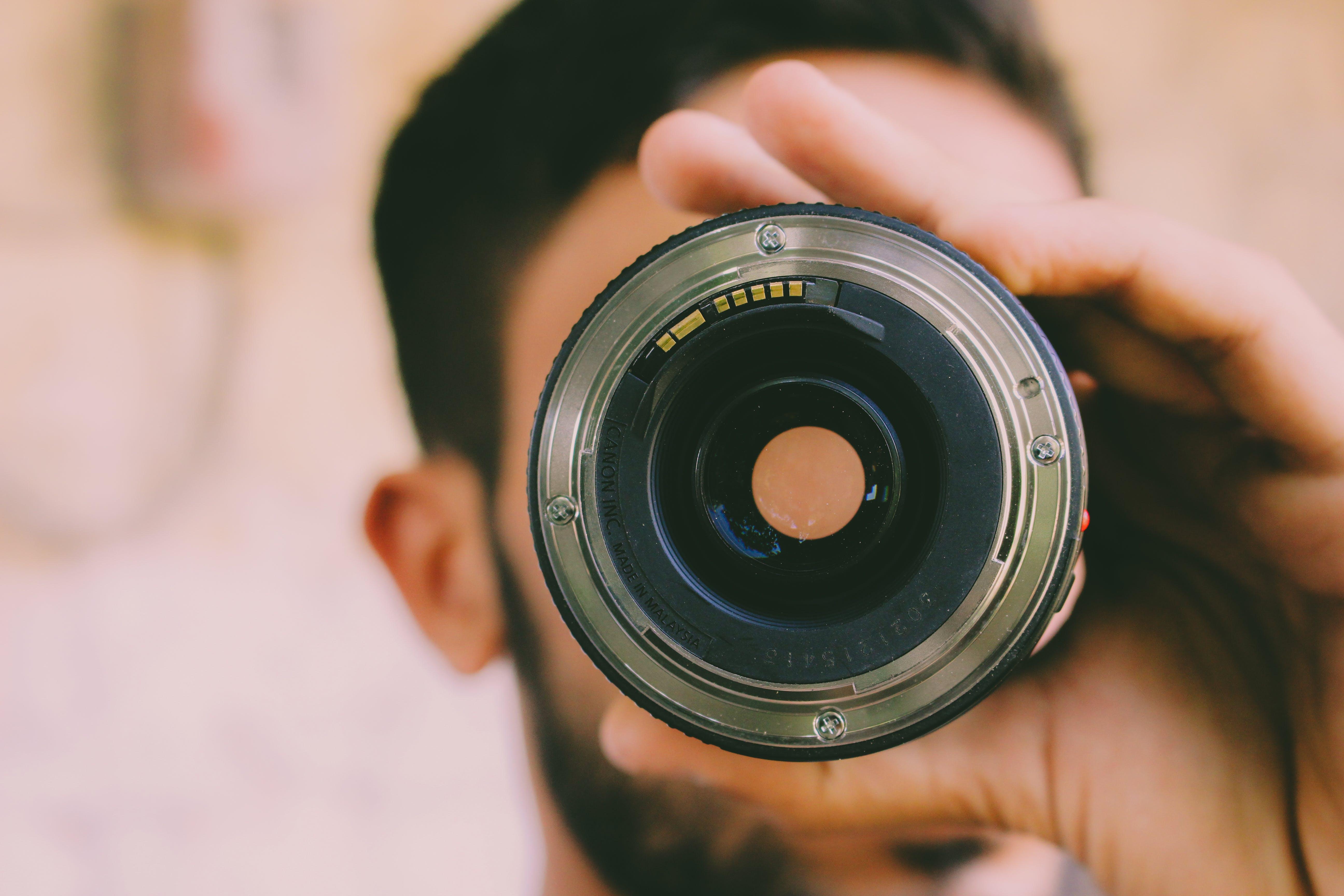 Kostenloses Stock Foto zu ausrüstung, drinnen, fokus, fotograf